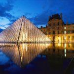 Pirâmide do Museu do Louvre , Paris , França